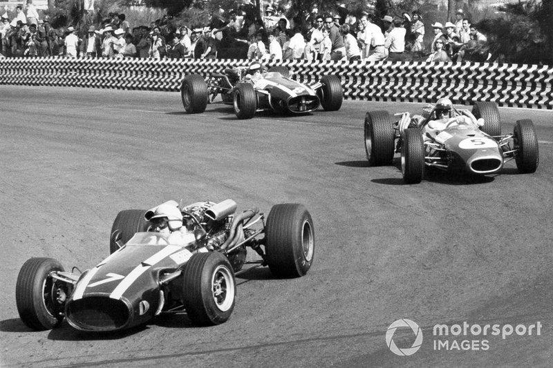 John Surtees, Cooper T81-Maserati, devant Jack Brabham, Brabham BT20-Repco et Jochen Rindt, Cooper T81-Maserati
