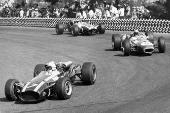 John Surtees, Cooper T81-Maserati, Jack Brabham, Brabham BT20-Repco y Jochen Rindt, Cooper T81-Maserati