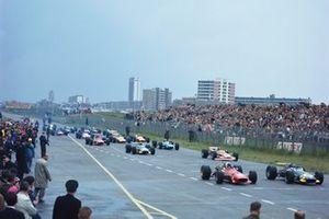 Jochen Rindt, Brabham BT26 Repco, Chris Amon, Ferrari 312, al inicio