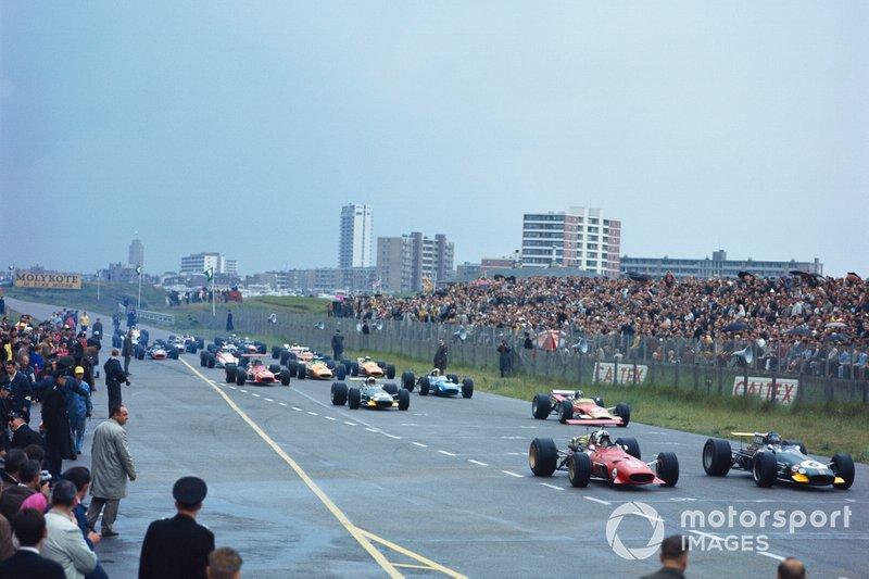 Jochen Rindt, Brabham BT26 Repco, et Chris Amon, Ferrari 312, devant au départ