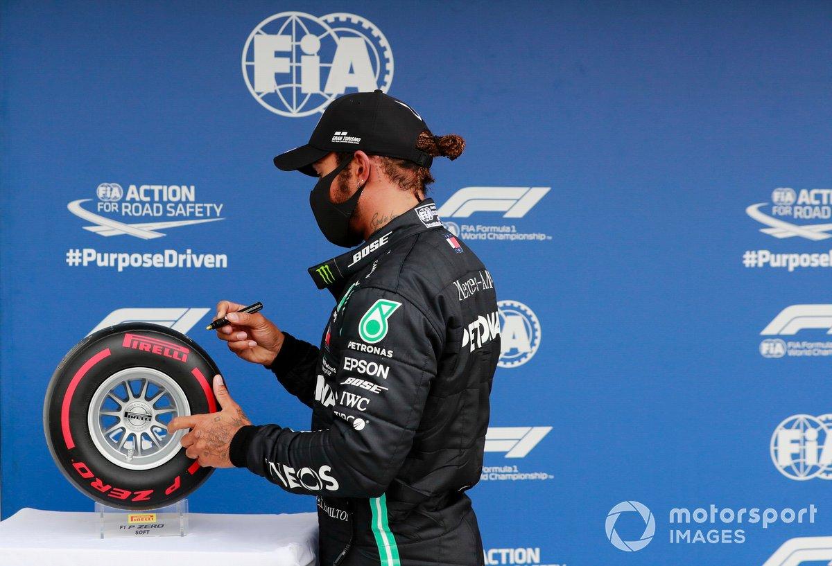 Lewis Hamilton, Mercedes-AMG Petronas F1, festeggia la pole position firmando il Trofeo Pirelli