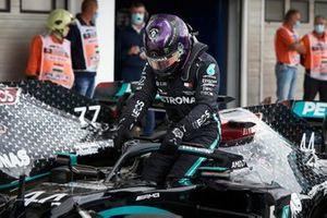 Pole sitter Lewis Hamilton, Mercedes-AMG Petronas F1 in Parc Ferme