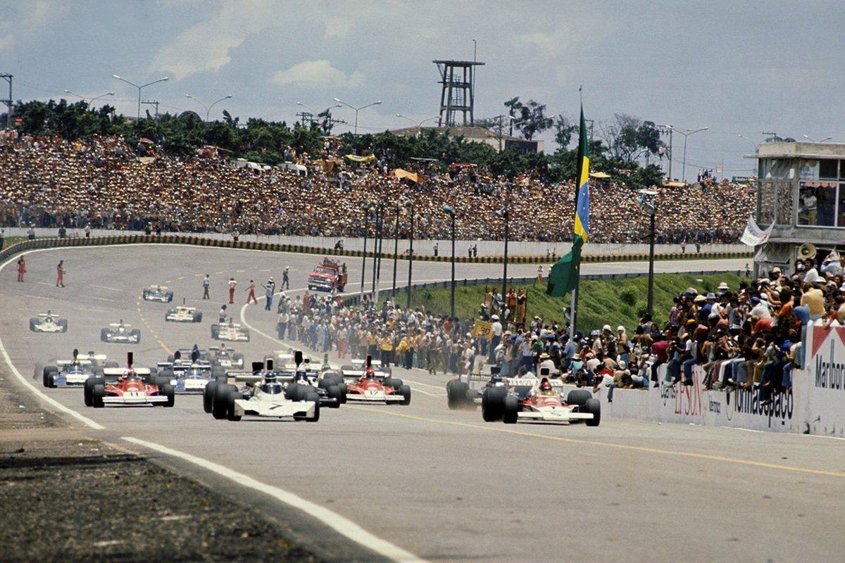 Carlos Reutemann, Brabham BT44 y el ganador de la carrera Emerson Fittipaldi, McLaren M23 encabezan el campo en un comienzo caótico de la carrera
