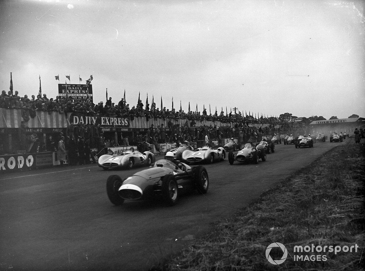 Предыдущий раз Сильверстоун принимал национальный этап в 1954-м (на фото; затем гонку провели в Эйнтри). Тогда дистанция составляла 90 кругов. На этот раз решено было увеличить протяженность Гран При до 101 круга, чтобы борьба продолжалась не меньше трех часов – таким было требование FIA