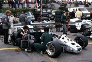 Derek Daly en monteurs werken aan de Williams FW08