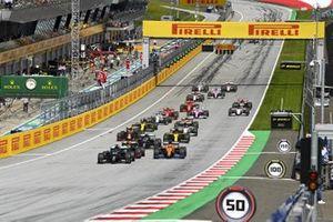 Lewis Hamilton, Mercedes-AMG Petronas F1, Max Verstappen, Red Bull Racing RB16 en Carlos Sainz Jr., McLaren MCL35