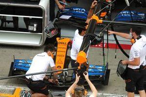 Механики работают с носовой частью McLaren MCL35