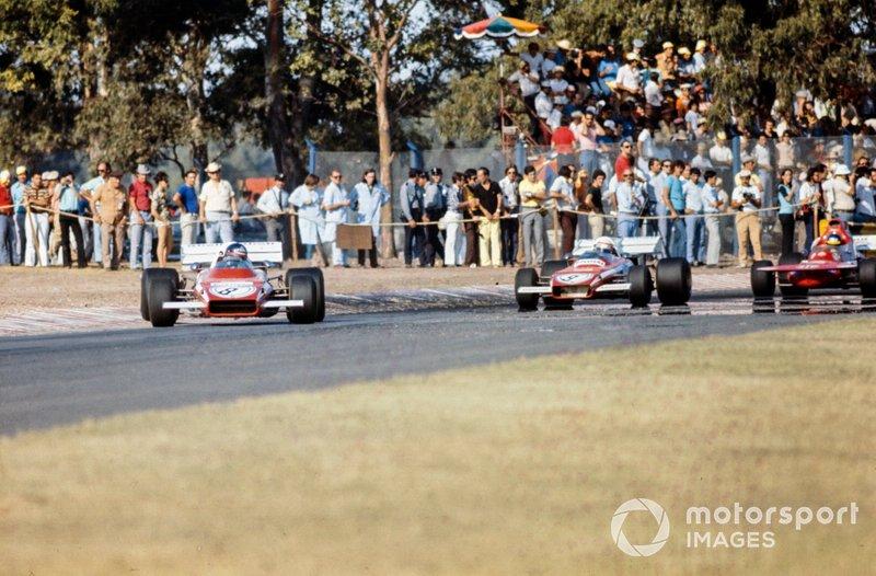 Jacky Ickx scoda con la sua Ferrari 312B2 fuori dalla curva davanti a Clay Regazzoni, Ferrari 312B2 e Ronnie Peterson, March 721 Ford, GP d'Argentina del 1972