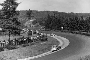 Sepp Greger, Harald von Saucken, Porsche 356 sigue a Mathieu Hezemans, Carel Godin de Beaufort, Porsche 550 Spyder