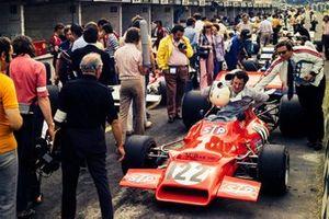 Graham McRae, McRae GM1 Chevrolet, ganador de la carrera de F5000 conduce por el pit lane de la F1