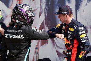 Lewis Hamilton, Mercedes-AMG Petronas F1 félicite le vainqueur Max Verstappen, Red Bull Racing dans le parc fermé