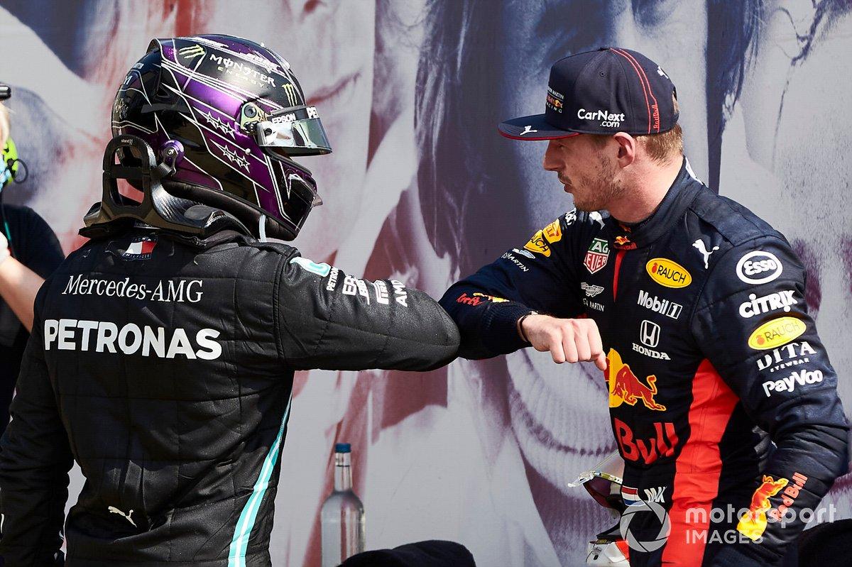 Lewis Hamilton, Mercedes-AMG Petronas F1 si congratula col vincitore della gara Max Verstappen, Red Bull Racing al Parc Ferme