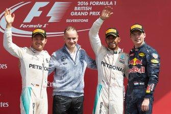 Podium : le vainqueur Lewis Hamilton, Mercedes AMG, le deuxième Nico Rosberg, Mercedes AMG, le troisième Max Verstappen, Red Bull Racing et John Owen, designer en chef, Mercedes AMG