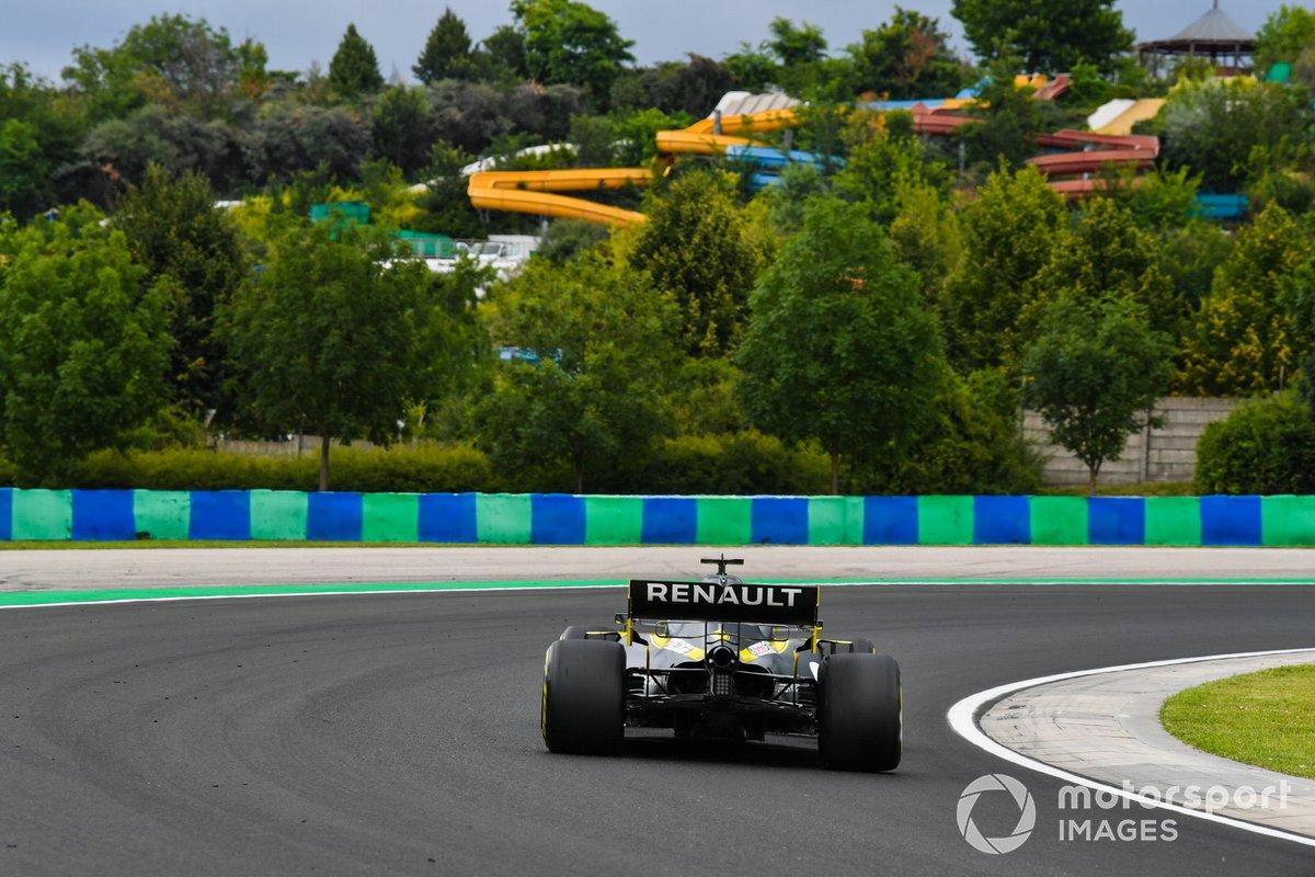 Даниэль Риккардо, Renault F1 Team R.S.20, на фоне аквапарка