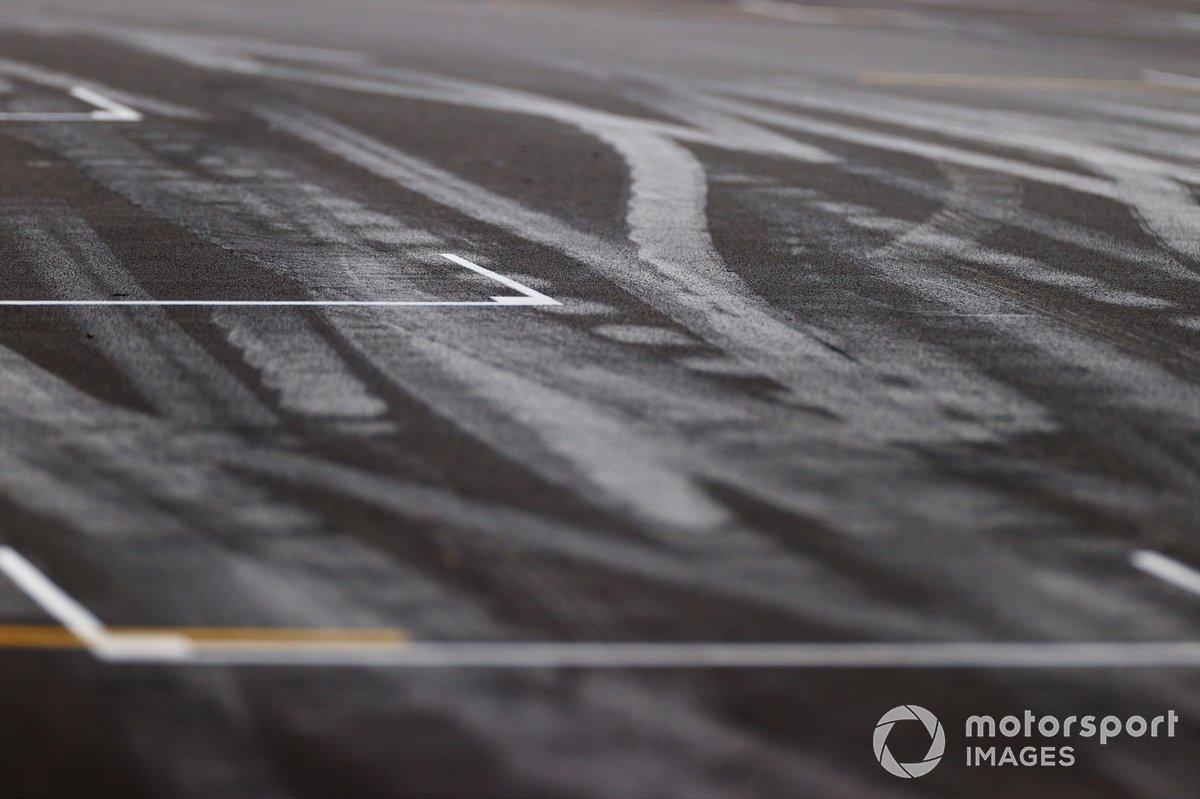Detalle de la parrilla de salida, incluyendo las marcas de goma en el asfalto