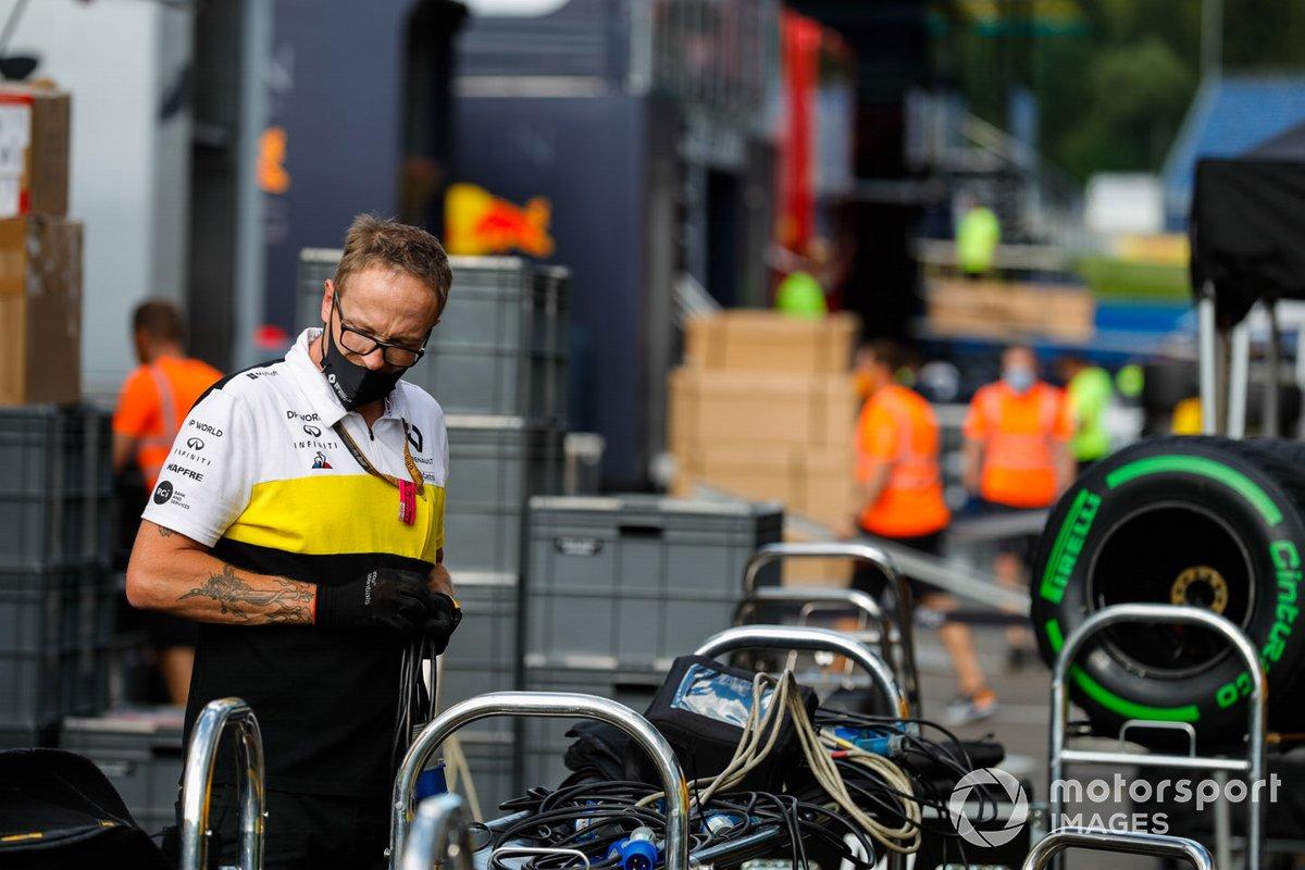Un miembro del equipo de Renault empaca el equipo en el paddock