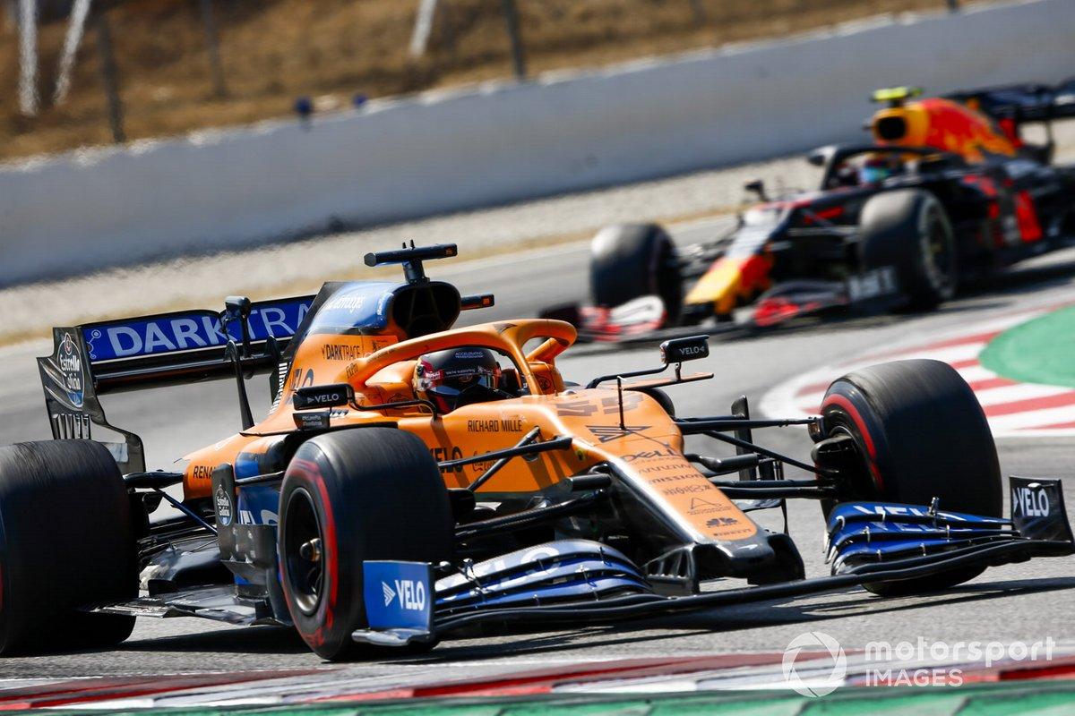 Элбон сражается с Сайнсом и едва не сталкивается с ним, когда McLaren слегка заносит на разгоне