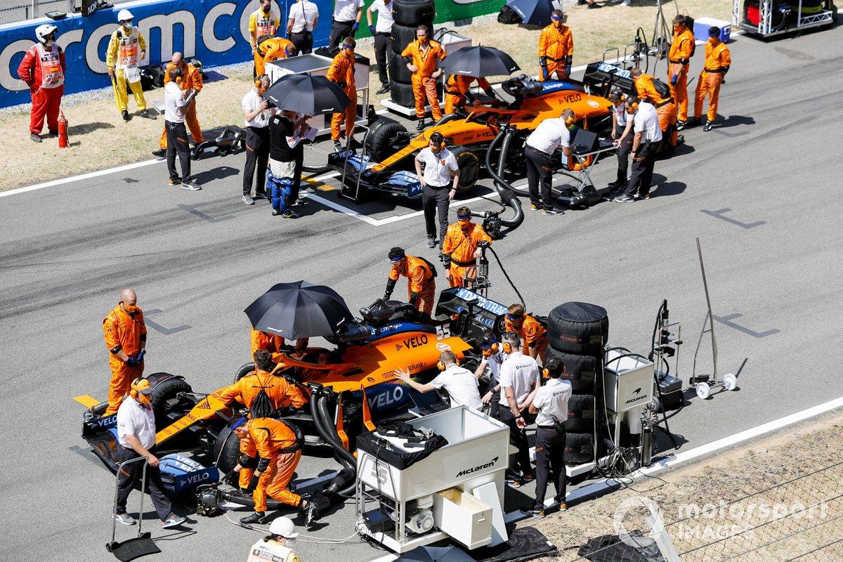 Los monolazas de Carlos Sainz Jr., McLaren MCL35 y Lando Norris, McLaren MCL35 en la parrilla