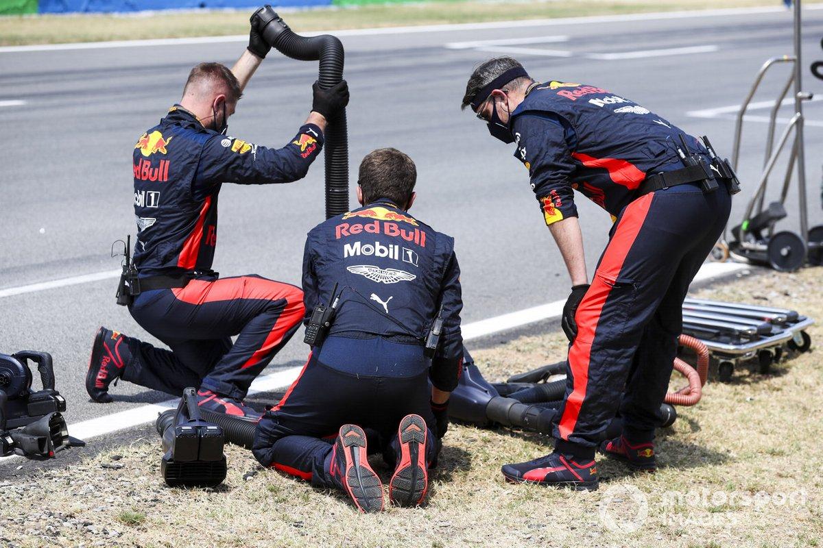 Механики Red Bull Racing на стартовой решетке