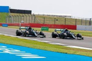 Valtteri Bottas, Mercedes F1 W11 and Lewis Hamilton, Mercedes F1 W11 battle on lap one