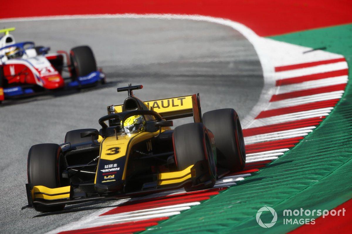 Guanyu Zhou, UNI-Virtuosi, precede Robert Shwartzman, Prema Racing