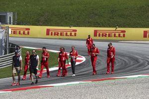 Sebastian Vettel, Ferrari, cammina lungo il tracciato