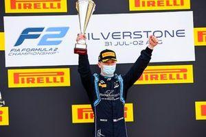 Le gagnant de la course Dan Ticktum, Dams célèbre sur le podium avec son trophée