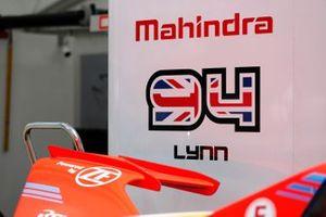Le numéro de course d'Alex Lynn dans le stand Mahindra Racing
