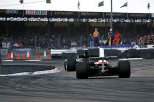 Une Lotus 72E devant une McLaren M23 dans la nouvelle chicane de Woodcote