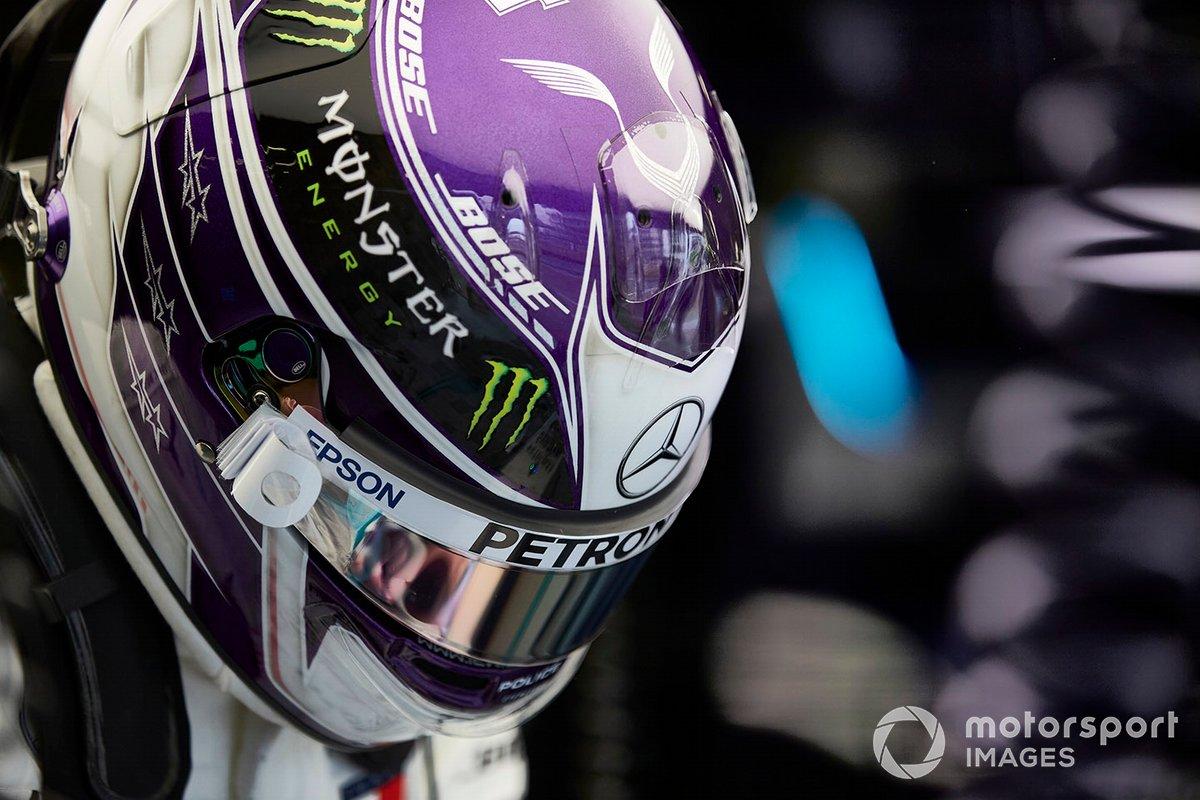 Lewis Hamilton indossa il casco in garage