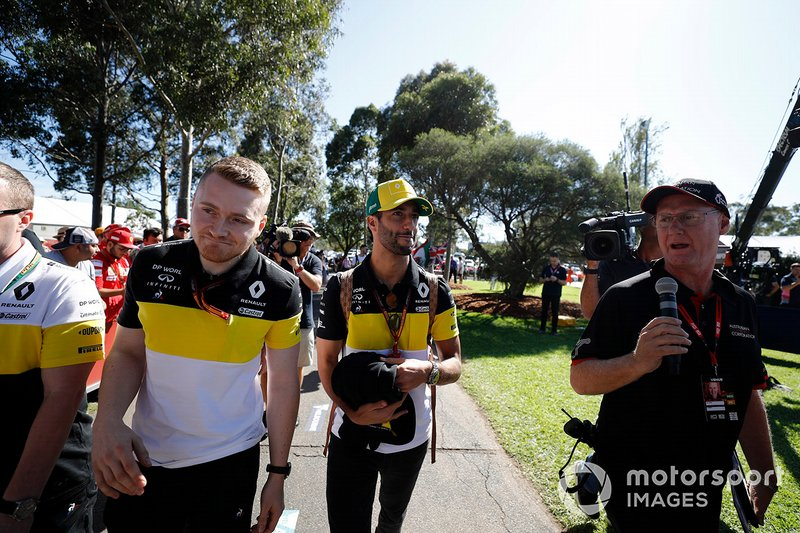 Daniel Ricciardo, Renault F1 Team, arriva nel paddock
