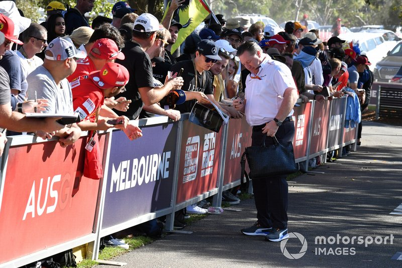 Zak Brown, Executive Director, McLaren firma autografi ai fan