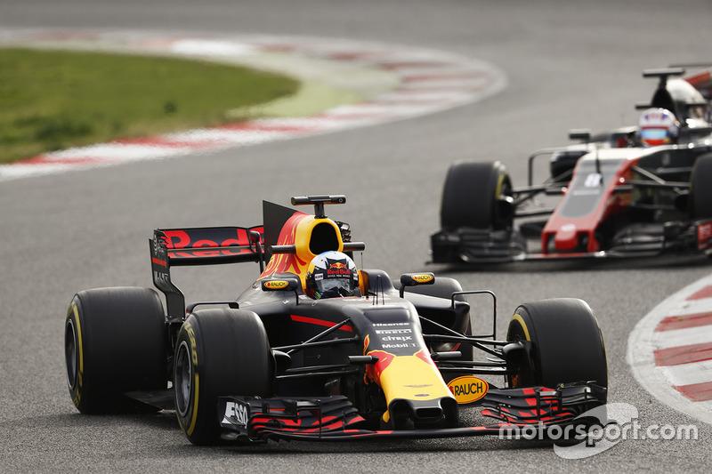 Daniel Ricciardo, Red Bull Racing RB13, leads Romain Grosjean, Haas F1 Team VF-17