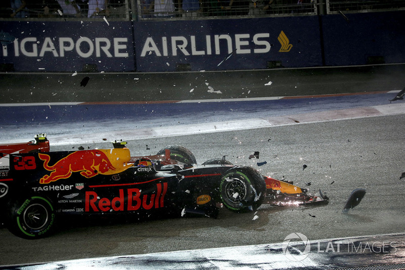 Los coches de Kimi Raikkonen, Ferrari SF70H y Max Verstappen, Red Bull Racing RB13 chocados después del accidente