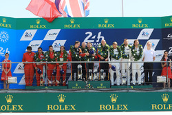 Podium GTE Am : les vainqueurs Robert Smith, Will Stevens, Dries Vanthoor, JMW Motorsport, les deuxièmes, Duncan Cameron, Aaron Scott, Marco Cioci, Spirit of Race, les troisièmes, Cooper MacNeil, Bill Sweedler, Townsend Bell, Scuderia Corsa