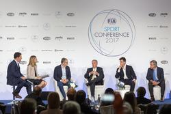 Стефано Доменикали, председатель FOM Чейз Кэри, руководитель Mercedes AMG F1 Тото Вольф и Карлос Сай