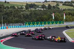 Louis Deletraz, Racing Engineering, Sergio Sette Camara, MP Motorsport, Sean Gelael, Pertamina Arden la partenza della gara