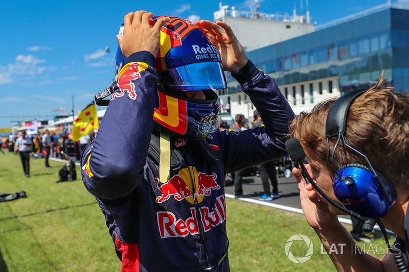 Carlos Sainz Jr., Scuderia Toro Rosso STR12 en la parrilla
