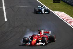 Kimi Raikkonen, Ferrari SF70H, locks-up ahead of Valtteri Bottas, Mercedes AMG F1 W08