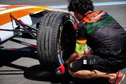 Un meccanico Mahindra Racing