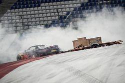 Max Verstappen en Daniel Ricciardo racen met een Aston Martin en een caravan