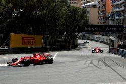 Kimi Raikkonen, Ferrari SF70-H lidera a Sebastian Vettel, Ferrari SF70-H