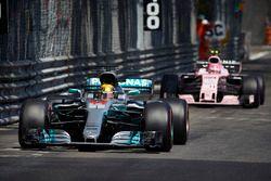 Льюис Хэмилтон, Mercedes AMG F1 W08, и Эстебан Окон, Sahara Force India F1 VJM10