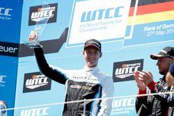 Podium Race 2: le vainqueur Nicky Catsburg, Polestar Cyan Racing, Volvo S60 Polestar TC1