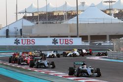 Старт гонки: лидирует Льюис Хэмилтон, Mercedes AMG F1 W07 Hybrid