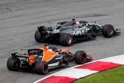 Кевин Магнуссен, Haas F1 Team VF-17, и Фернандо Алонсо, McLaren MCL32