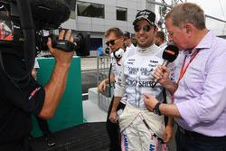 Комментатор Sky Sports F1 Мартин Брандл и пилот Sahara Force India F1 Серхио Перес
