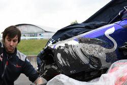 Wagen van Carlos Sainz Jr., Scuderia Toro Rosso STR12 na crash