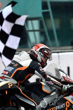 Patrik Pulkkinen, Peugeot MC Saxoprint, empuja su moto a la meta