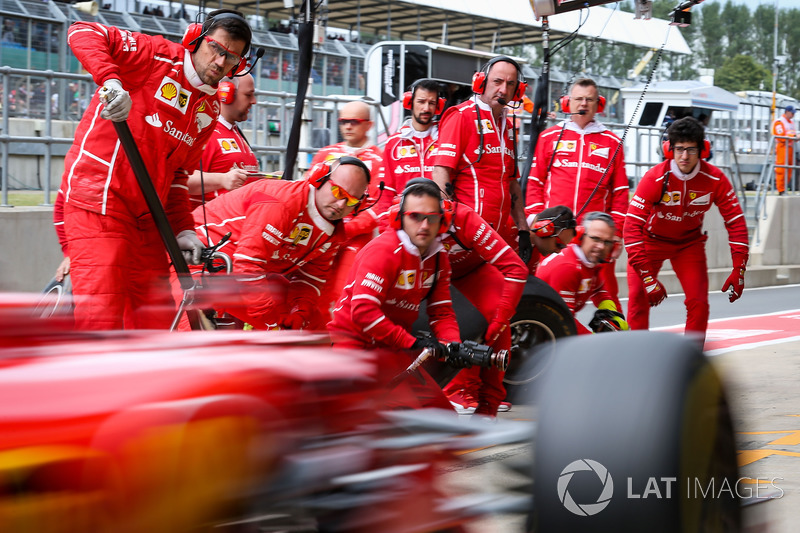 I meccanici Ferrari e Sebastian Vettel, Ferrari SF70H effettuano un pitstop